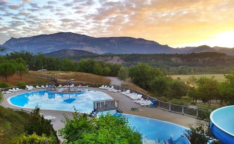Le parc aquatique du Domaine Le Couriou avec vue sur la montagne et le coucher du soleil
